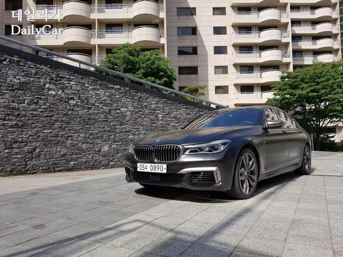[시승기] BMW M760Li xDrive..다이내믹한 럭셔리 세단의 '정수...