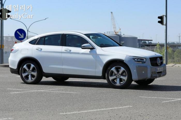 벤츠, GLC 쿠페 페이스리프트 주행 장면 포착..BMW X4와 경쟁